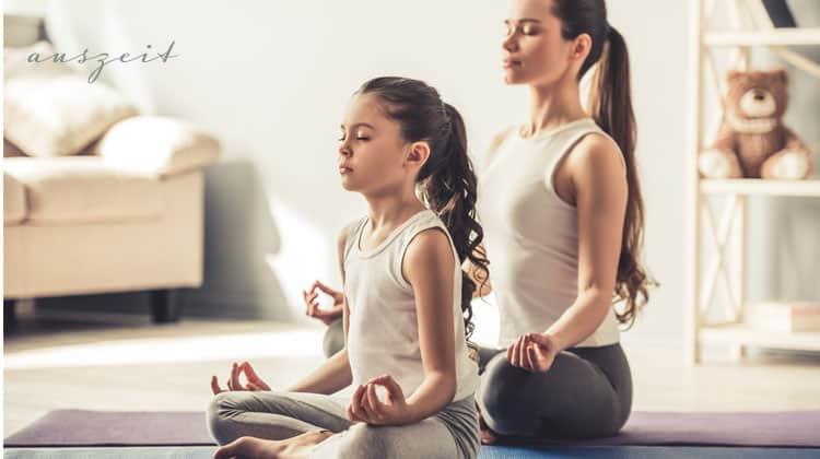 Mutter-und-Tochter-beim-Meditieren