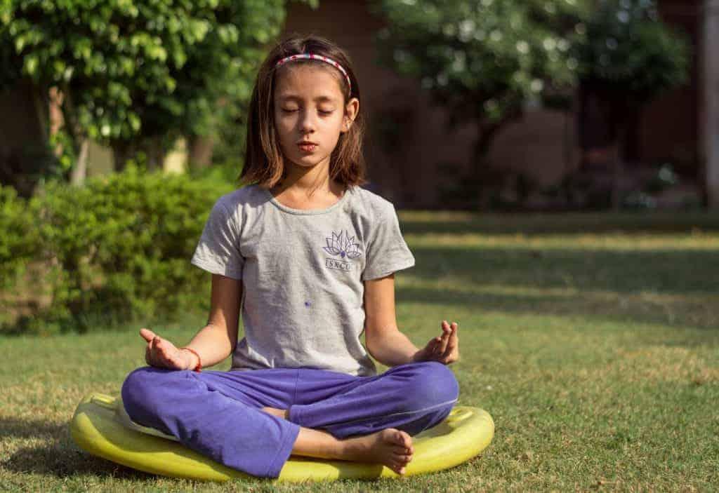 Kind bei der Meditation im Sitzen