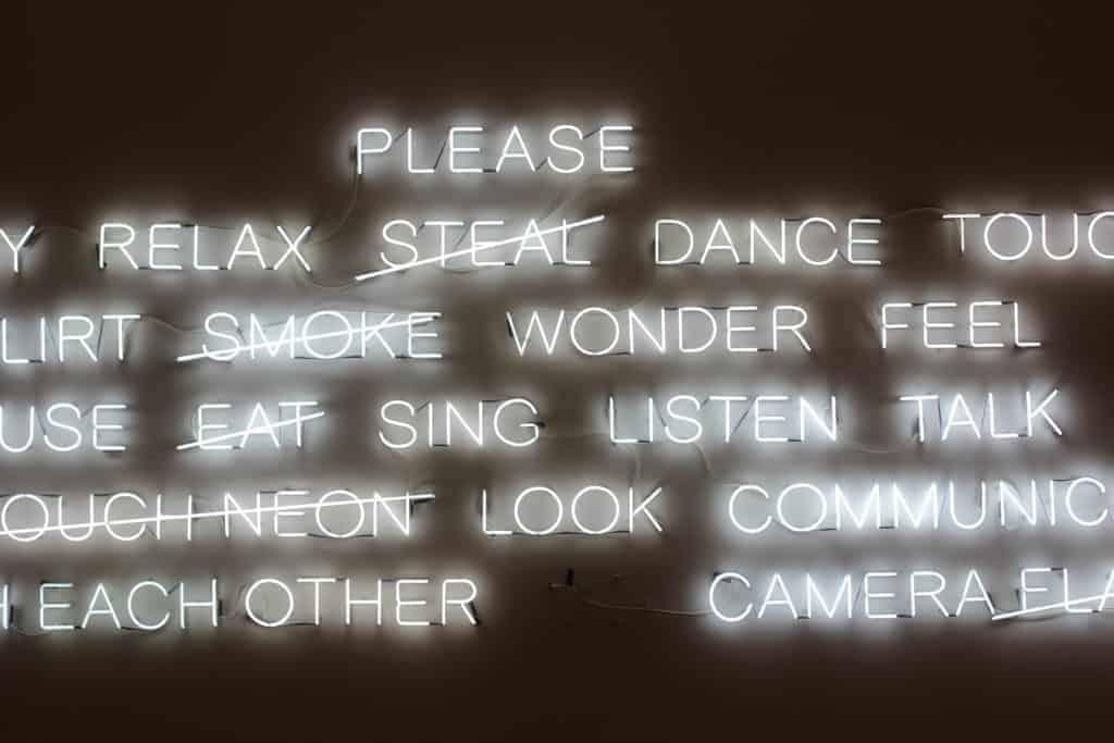 Schwarzes Neon Strassenschield mit weisser Beschriftung