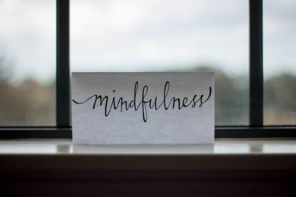 Ein Blatt mit dem Text Mindfulness geschrieben