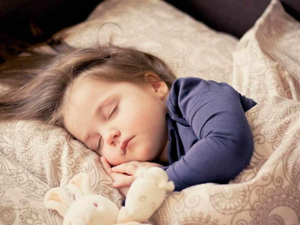 Schlafendes Kleinkind mit Teddybär
