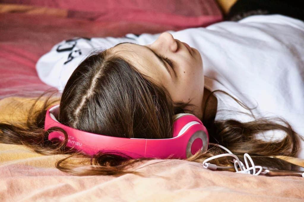 Mädchen hört achtsam Musik