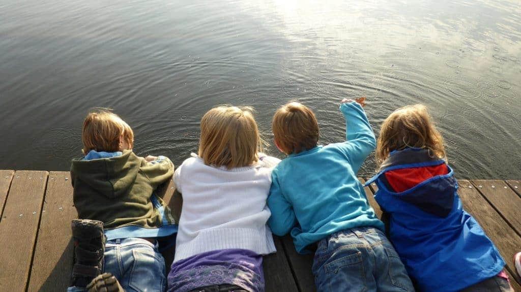 4 Kinder beim Spielen am Wasser