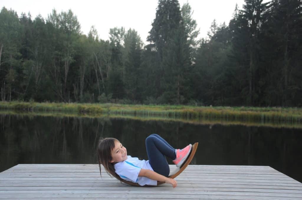 Luna beim Schaukeln mit der Ombow Meditationsbank