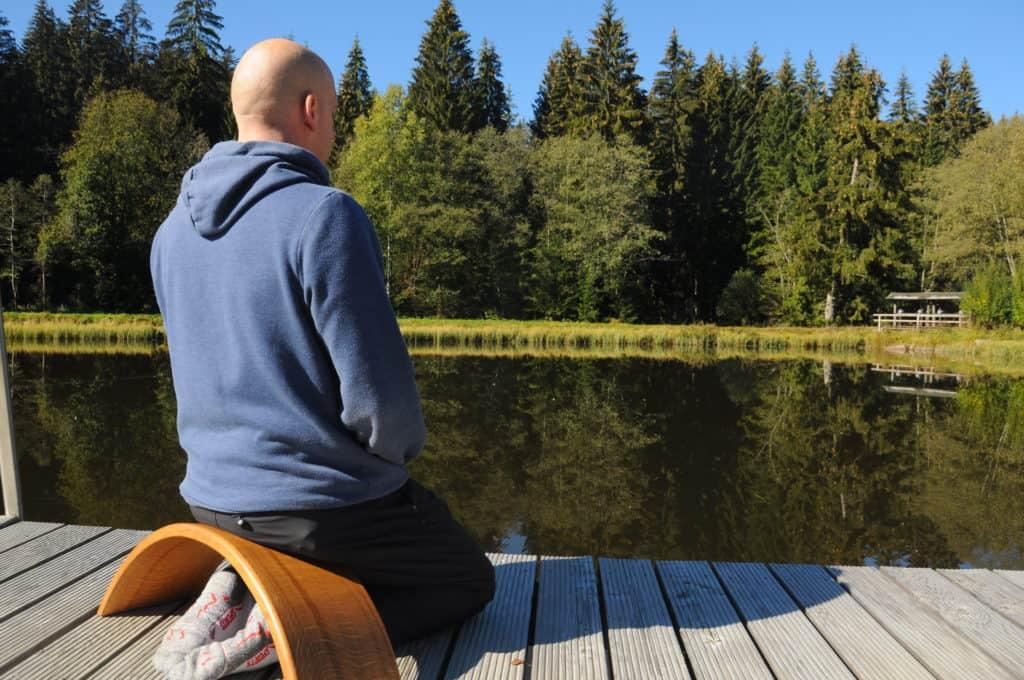 Nahaufnahme Carsten auf der Ombow Meditationsbank