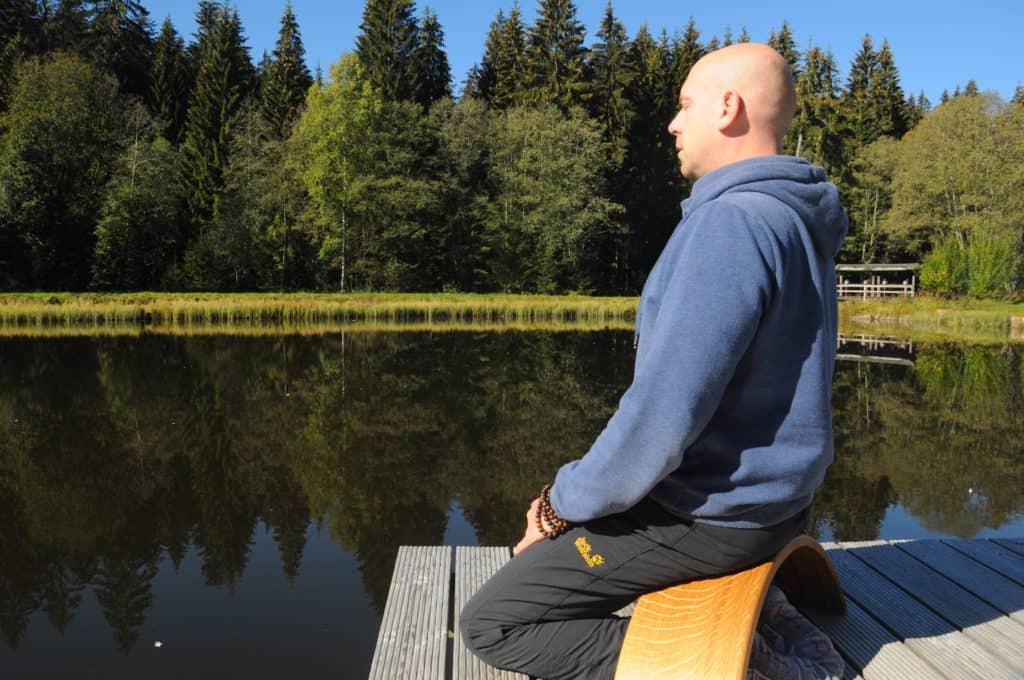 Meditieren am See mit der Ombow Meditationsbank