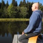 Carsten am See auf der Ombow Meditationsbank