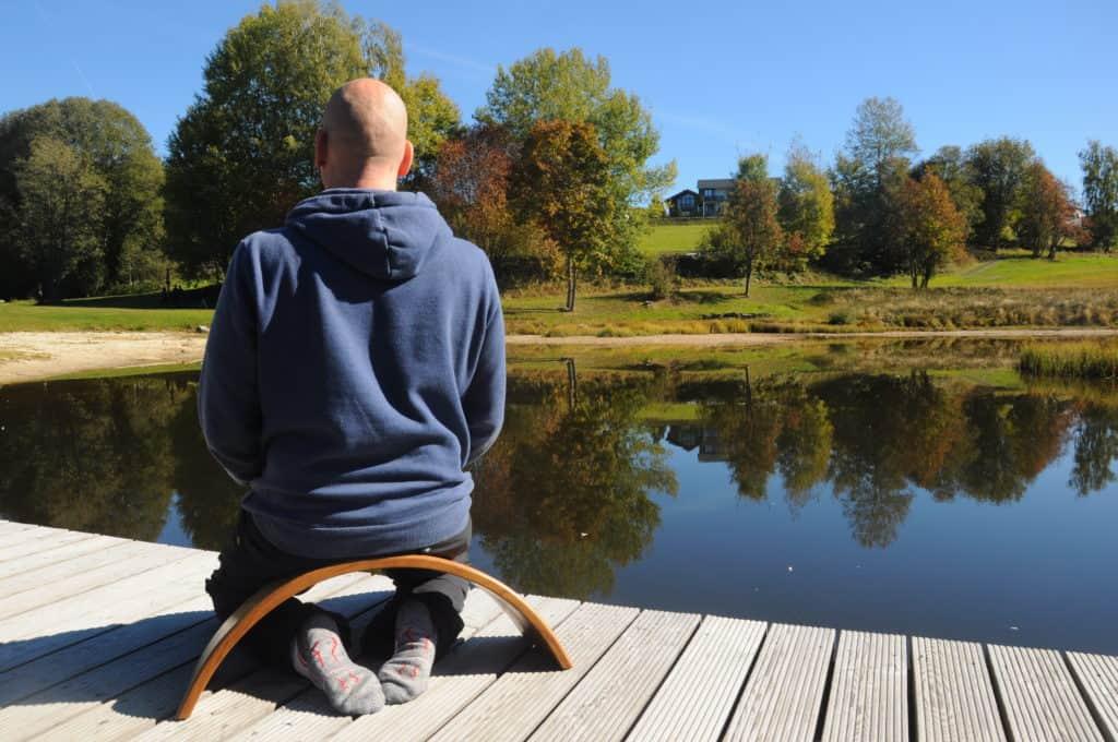 Carsten meditiert auf der Ombow Meditationsbank