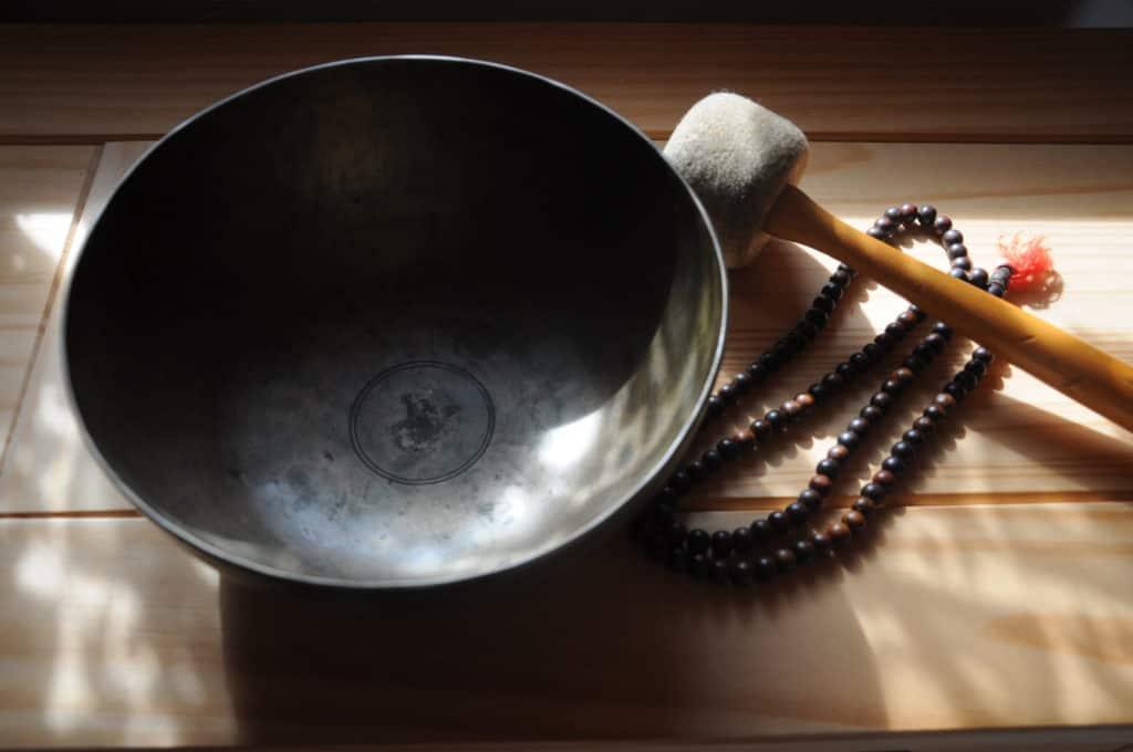 Hilfsmittel zum Meditieren; Mala und Klangchale