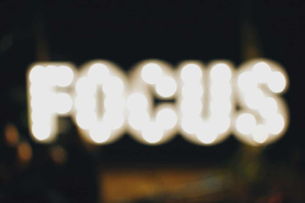 Leuchtreklame mit der Aufschrift Focus