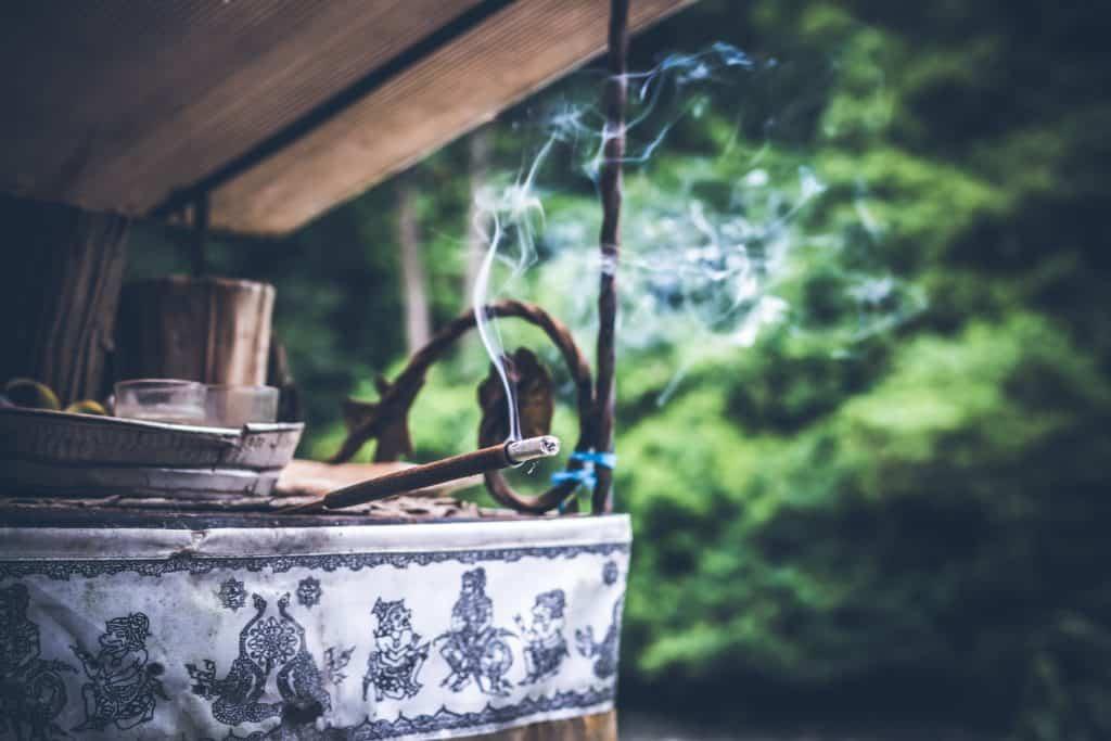 Räucherstäbchen im Garten