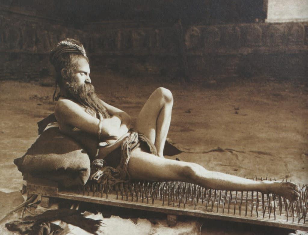 Fakir auf einem Nagelbrett India_1907