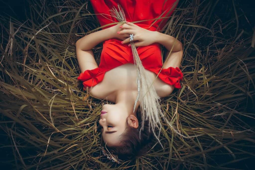 Mädchen schläft im Heu