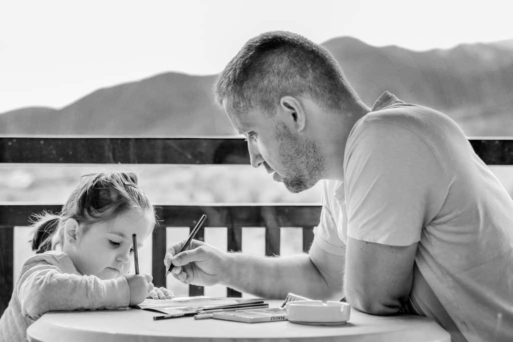 Papa hilft seiner Tochter beim Lernen