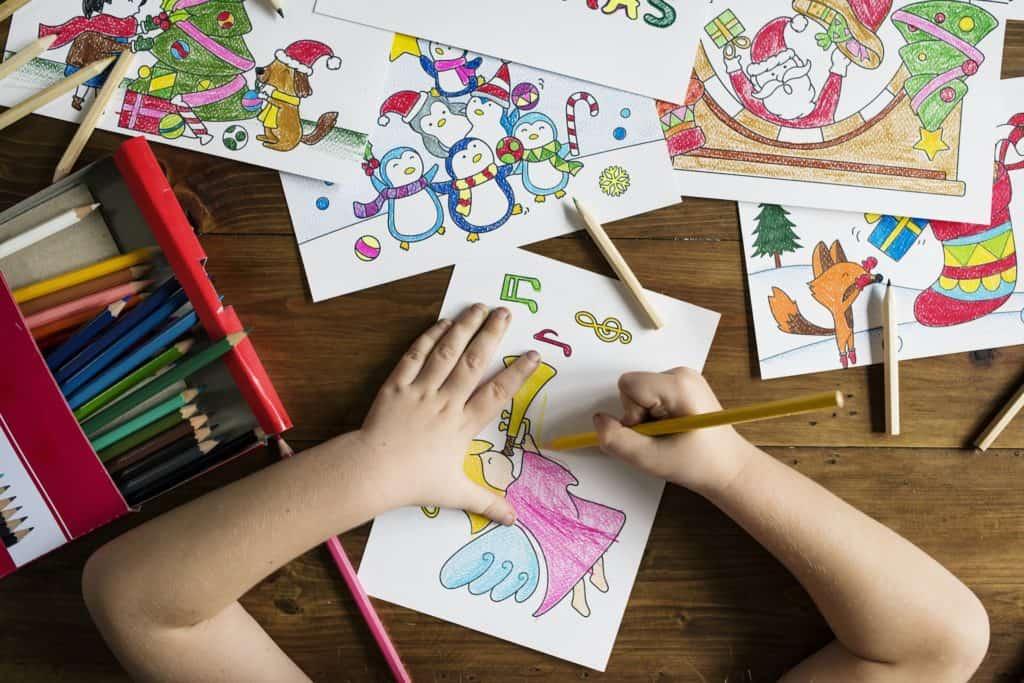 Kind beim kreativen Malen