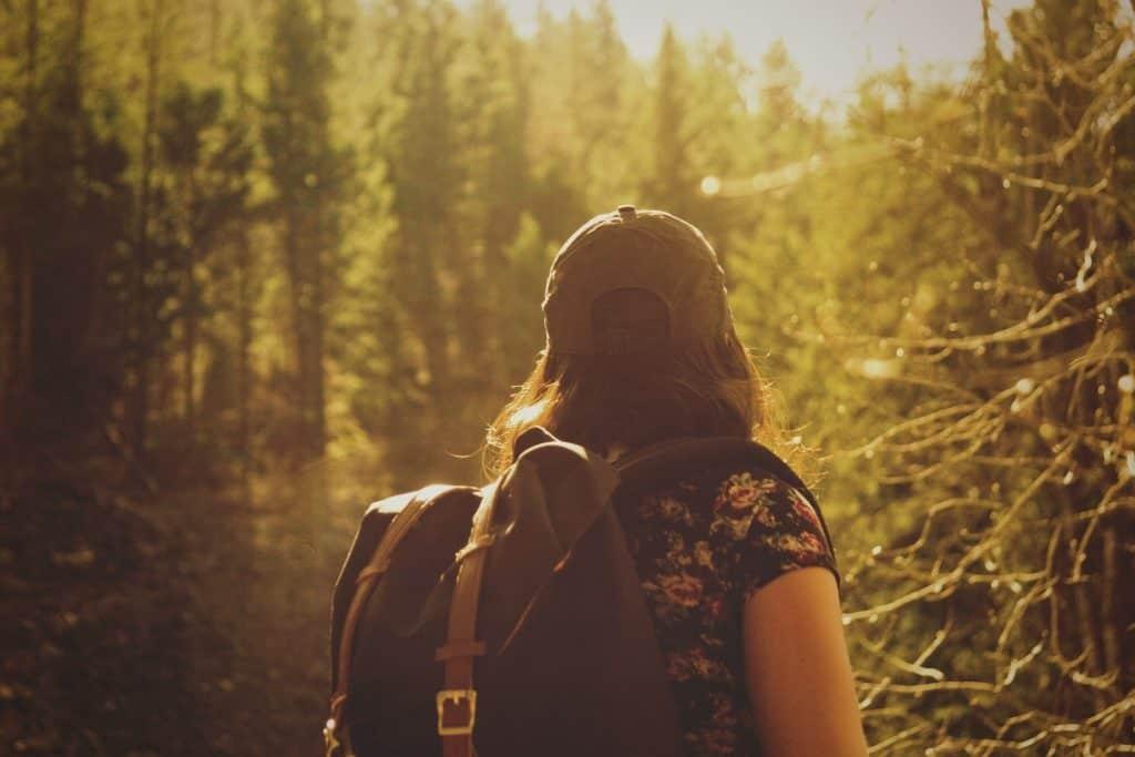 mit Rucksack durch den Wald