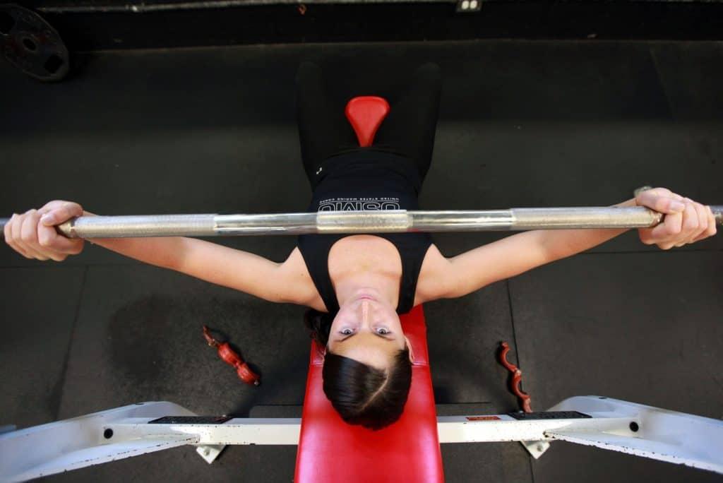 Frau beim Gewichtheben
