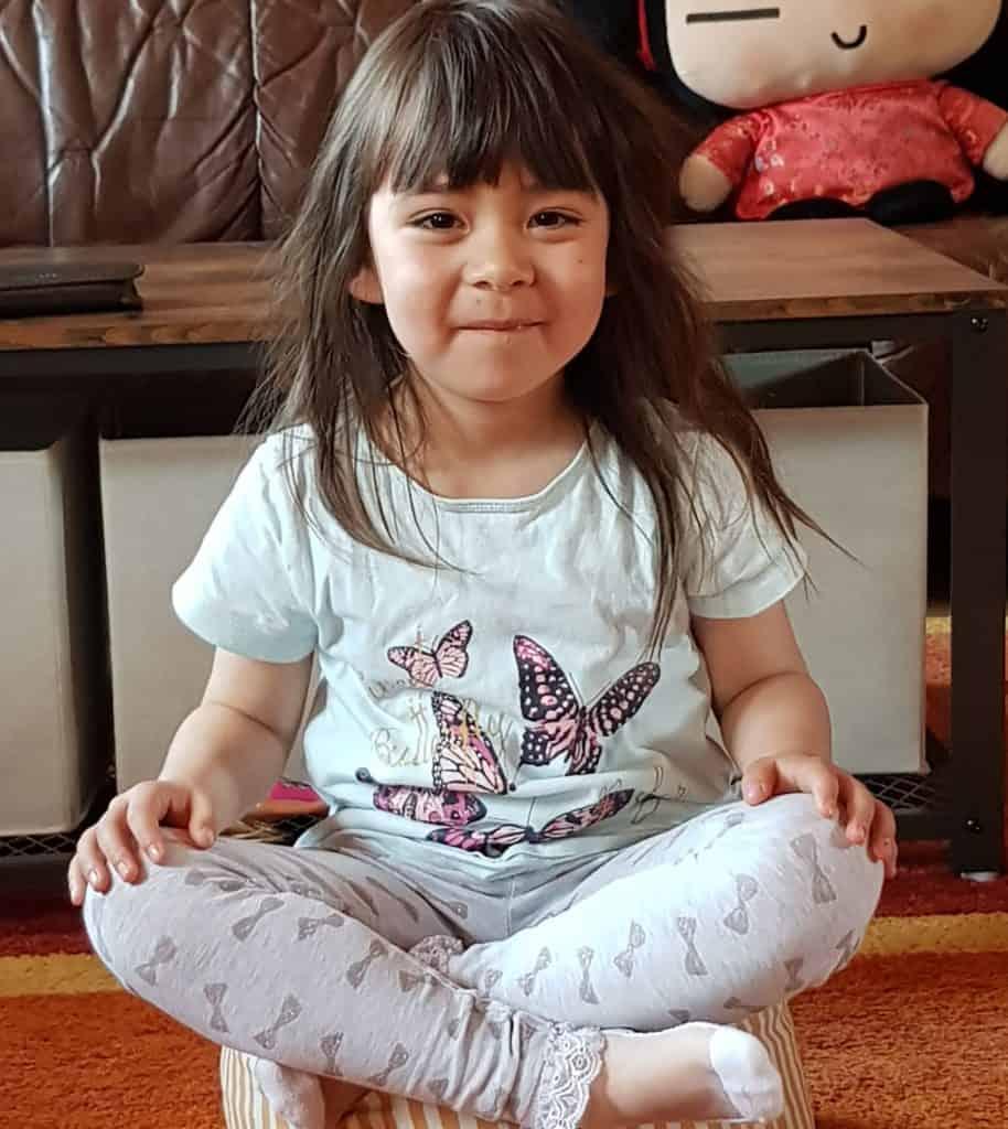 Luna beim Meditieren auf dem CapeTown Yogakissen