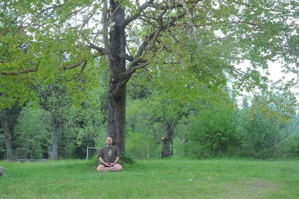 Carsten-Warga-meditiert-unterm-Baum-in-Mauth