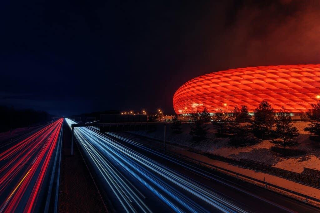 Fußballarena München in rotem Licht