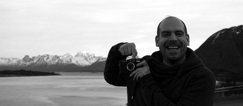 Carsten Warga mit Leica Kamera in Island