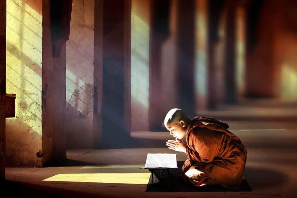 Bilder von Meditierenden Buddhist bei der Mantra Meditation