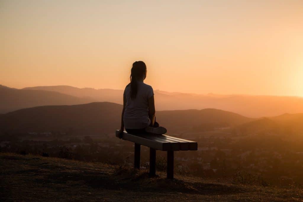 Bilder von Meditierenden Sonnenaufgang in den Bergen