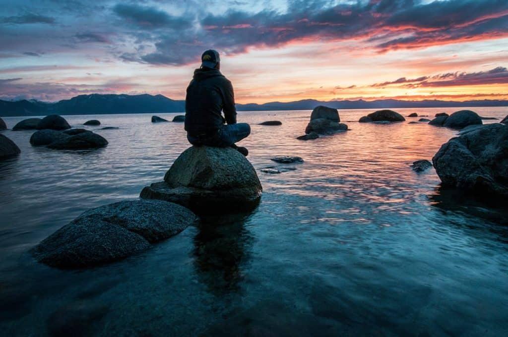 Bilder von Meditierenden am Meer mit Sonnenuntergang
