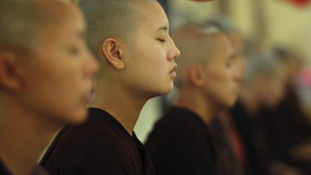 Bilder von meditierenden Mönchen