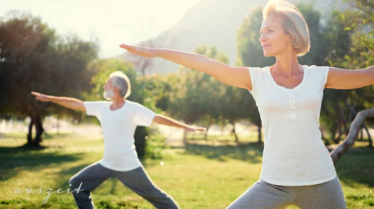 Ehepaar-übt-Yoga-im-Wald