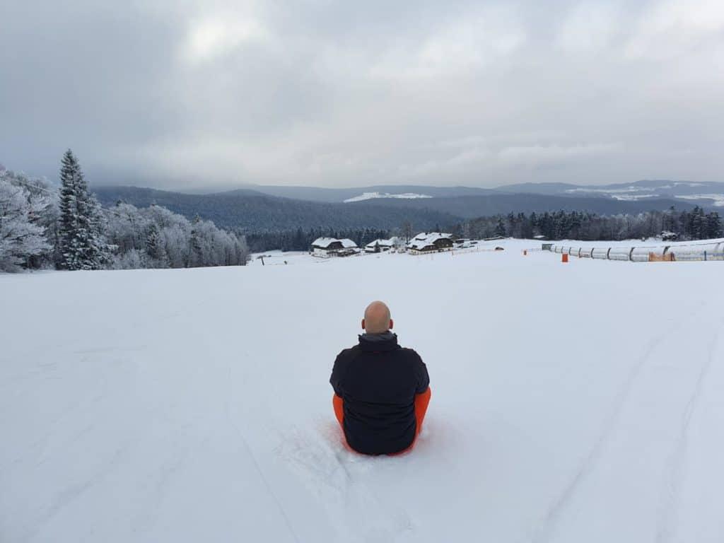 Carsten Warga beim Meditieren im Schnee