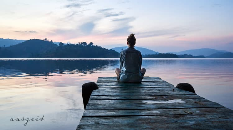 Meditierende-auf-einem-Steg-am-See