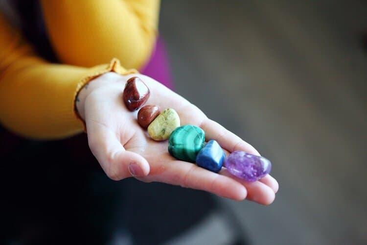 Chakrasteine in den Chakrenfarben