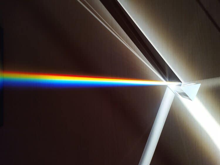 Farben werden durch ein Prisma aufgeteilt